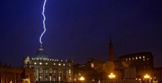 Rayo que cayó en el Vaticano, en la noche posterior a la renuncia del Papa.
