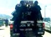 Policías llevando mercaderías