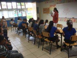 Víctor Higuera enseña su libro