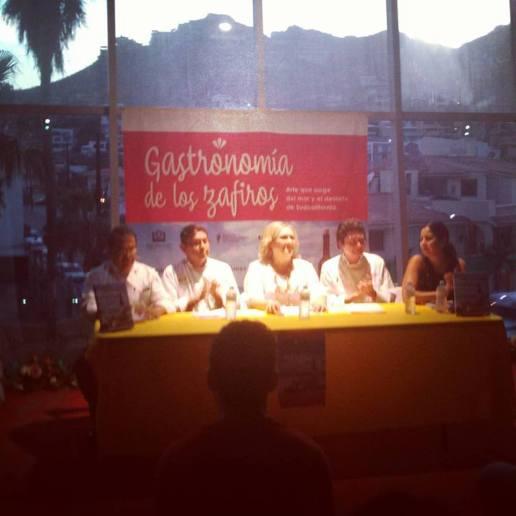 La escritora rodeada de los chefs y organizadora del evento