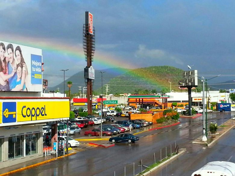 Foto destacada: Arcoiris frente a Plaza Forjadores, de #LaPaz / Foto: Víctor Escobar, Alerta de Huracanes.