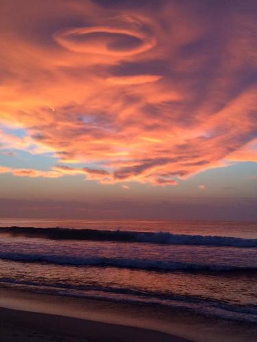 Foto: Chrys Ampudia (vía Facebook), desde la playa El Tule.