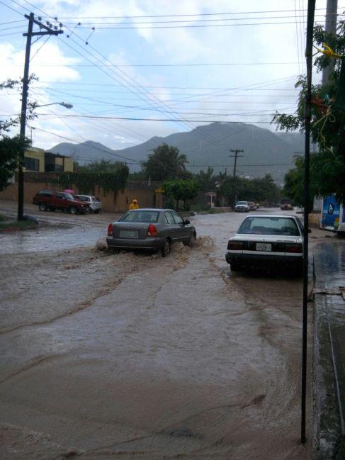 Lluvia de 15 minutos, por el Panteon de San Juan de los Planes #LPZ #BCS / Foto: Alejandro Melendrez, Alerta de Huracanes.