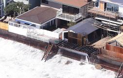 Las olas han destruído partes de algunas casas (foto de FK-Juliano/X17online.com)