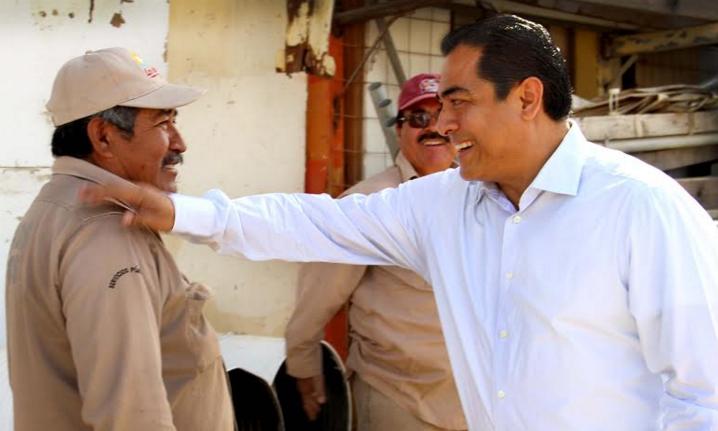 Arturo De la Rosa con personal de Servicios Públicos